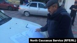 Один из активистов показывает чиновничьи отписки