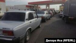 Машины выстроились в очередь за бензином у автозаправки одной из крупных сетей. Шымкент, 27 октября 2017 года.