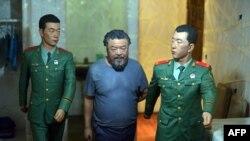 صحنهای بیانگر بازداشت هنرمند چینی، آی ویوی
