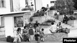 Ղարաբաղյան պատերազմի առաջին փախստականները Ստեփանակերտում, արխիվ