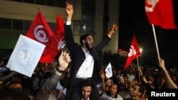 """Сторонники партии """"Эннахда"""" празднуют победу на выборах. Тунис, 25 октября 2011 г"""