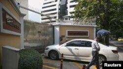 Проверка машины, въезжающей в посольство РФ в Бангкоке (Таиланд), 4 декабря 2015 года