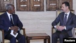 Prezident Başar al-Assad (S) we BMG-niň hem-de Arap Ligasynyň wekili Kofi Annan, Damask, 29-njy maý, 2012