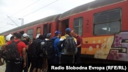 Pamje e migrantëve në stacionin hekurudhor të Gjevgjelisë në Maqedoni