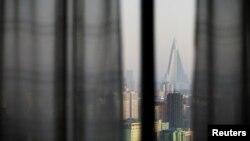 Краєвид Пхеньяна з вікна готелю «Янґакдо», де селять більшу частину іноземців, архівне фото