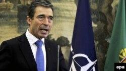Sekretari i NATO-s, gjeneral Anders Fog Rasmusen gjat1% konferencës për shtyp në Lisbonë, 19 nëntor 2010