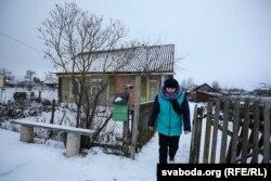 Іна Русак каля бацькавай хаты, дзе жыў Сяргей Абрамовіч. Тут 29 лістапада яго затрымалі