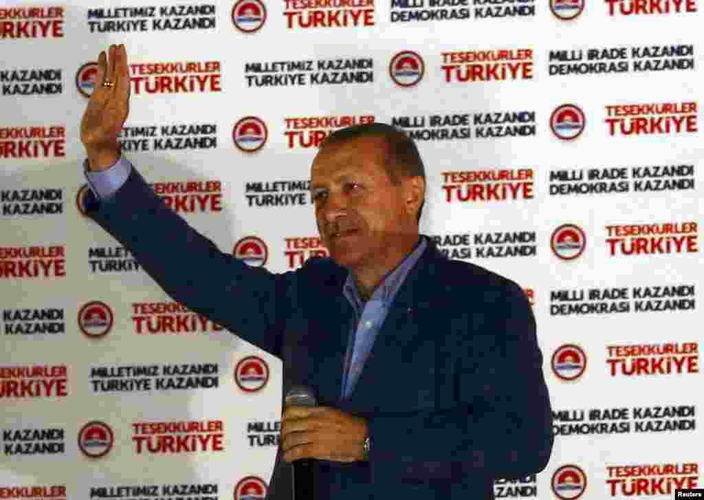 11 августа в Турции объявили результаты первых в стране прямых президентских выборов. Победу в них одержал премьер-министр Реджеп Тайип Эрдоган, набрав 52 процента голосов избирателей. В победной речи в офисе возглавляемой им Партии справедливости и развития в АнкареЭрдоганпообещал наступление «новой эры» социального примирения в Турции.