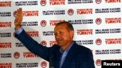 Tayyip Erdogan salutînd după anunțul victoriei în alegeri