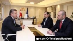 Мамука Бахтадзе (справа) на встрече с Георгием Квирикашвили после назначения министром экономики, 13 ноября 2017 г.