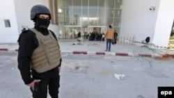 Представник сил безпеки в Тунісі біля музею, на який бойовики здійснили напад 18 березня