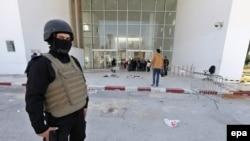 رجل امن يقف امام متحف باردو في تونس بعد الهجوم، 19 آذار 2015