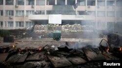 Спалені барикади біля маріупольського відділку міліції, 9 травня 2014 року