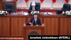 """""""Кыргызстан"""" партиясынын лидери Канатбек Исаев парламентте ант берүүдө. Фракция лидерлери ичинен депутаттарды мандатынан эркинен тыш ажыратуу аракетин Канатбек Исаев биринчи болуп баштады."""