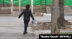 Кӯдакон дар Душанбе об мекашонанд