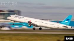 «Когалымавиа» әуе компаниясына тиесілі Airbus 321 жолаушылар ұшағы. Домодедово әуежайы, Мәскеу. 20 қазан 2015 жыл.