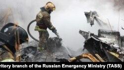 Пожежники на місці авіакатастрофи в Хабаровську, Росія, 11 квітня 2018 року