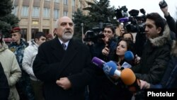 Պարույր Հայրիկյանը Սահմանադրական դատարանի շենքի դիմաց զրուցում է լրագրողների հետ, Երեւան, 10-ը փետրվարի, 2013թ.