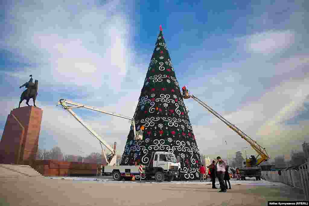 Установка главной елки страны продолжается уже около недели. Накануне работники проверили как работают световые гирлянды