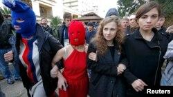 Նադեժդա Տոլոկոննիկովան (աջից) և Մարիա Ալյոխինան (աջից երկրորդը) Pussy Riot-ի երկու այլ անդամների (դիմակներով) հետ Ադլերում, 20-ը փետրվարի, 2014թ․
