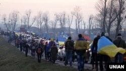 Учасники автопробігу до резиденції Президента України у селі Нові Петрівці (Київська область), 29 грудня 2013 року