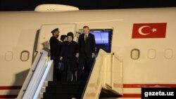 Президент Турции Реджеп Тайип Эрдоган вместе с супругой в аэропорту Ташкента, 29 апреля 2018 года.