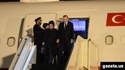 Режеп Тайып Эрдоган жубайы менен Ташкент аэропортунда. 29-апрель, 2018-жыл.