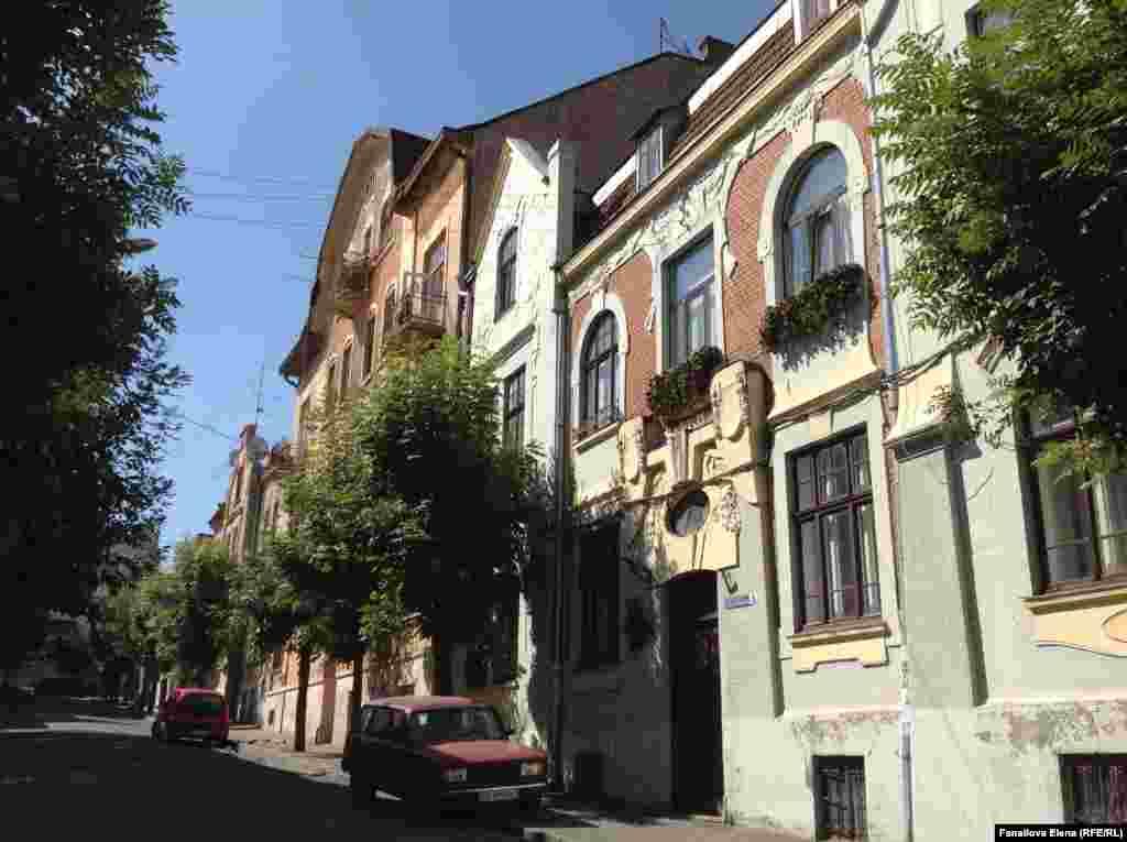 Улица Саксаганского. Два дома оспаривают право быть домами поэта