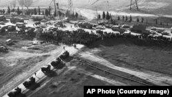 Gəncədə adamlar Sovet qoşunlarının qarşısını kəsir - 22 yanvar 1990