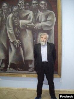 Алексей Мосин рядом с картиной своего отца, художника Геннадия Мосина