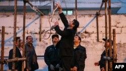 Подготовка к осуществлению казни через повешение в Иране