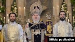 Католикос всех армян Гарегин Второй во время литургии (архив)