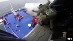 """Cпасательная операция парома """"Норман Атлантик"""" во время пожара в Адриатическом море, 28 декабря 2014 года"""