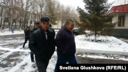 Строители идут в Сарыаркинский районный суд, чтобы обжаловать решение местного акимата. Астана, 6 ноября 2015 года.