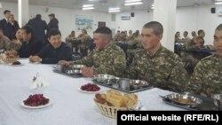 Премьер-министр Темир Сариев жоокерлер менен тамактанууда. 16-январь, 2016-жыл