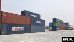 حاويات لبضائع مستوردة في ميناء أم قصر