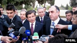 Azerbaijan -- Turkish Foreign Minister Ahmet Davutoglu (L) and his Azerbaijani counterpart Elmar Mammadyarov visit Martyrs' Alley in Baku, 22Oct2009