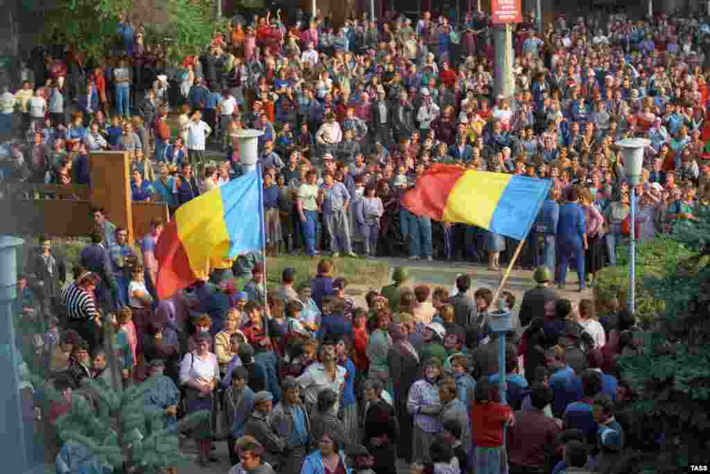 A confrontation in Dubasari between supporters of Transdniestrian independence and those of integration into Moldova on October 1, 1991.