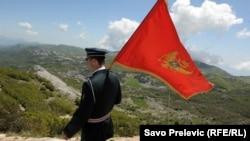 Vojnik sa crnogorskom zastavom