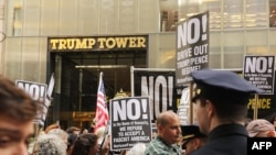 Протесты в Нью-Йорке у небоскреба Trump Tower после увольнения директора ФБР Джеймса Коми