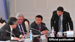 Қырғызстанның басқарушы Социал-демократиялық партиясының парламенттік фракциясының жетекшісі Чыныбай Турсунбеков (оң жақтан екінші).