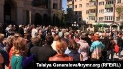 Ukraine/Crimea -- queue at Privat - Simferopol - 23Apr2014
