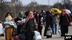 Թուրքիայի տարածքում գտնվող հարյուրավոր փախստականներ շարժվում են դեպի Հունաստան, Էդիրնե (Ադրիանապոլիս), 4-ը մարտի, 2020թ.
