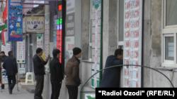 Обменные пункты в Душанбе до своего закрытия. 23 ноября 2015 года.