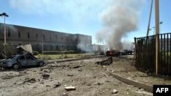 Jemen - Një makinë po ndizet në flakë, pasi një sulmues vetëvrasës shpërtheu me makinë pikën e kontrollit për në kompleksin e Ministrisë së Mbrojtjes, 05 dhjetor, 2013