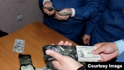 Боздошти 30 000 доллар аз як мусофир дар фурудгоҳи Душанбе. 17.04.2016