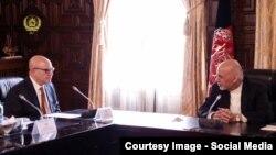 Президент Афганистана Ашраф Гани (справа) во время встречи с помощником президента США по национальной безопасности Гербертом Макмастером