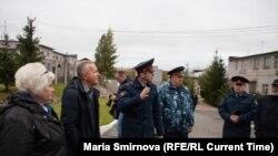 Іван Савельеў праводзіць экскурсію па ПК-9 у Петразаводску 27 верасьня 2019 году.