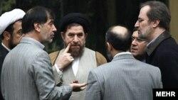 بخشی از نمایندگان مجلس طرح سوال از احمدینژاد را مخالف نظر رهبر جمهوری اسلامی میدانند.