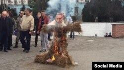 Спалення у Сімферополі опудала з фотографією президента Туреччини Реджепа Тайїпа Ердогана, 27 листопада 2015 року, окупований Росією Крим
